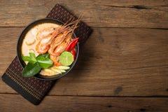 Ταϊλανδική κουζίνα τροφίμων του Tom Yum Goong σε ξύλινο Στοκ Εικόνες