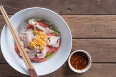 Ταϊλανδική κουζίνα Sukiyaki με το pock στο ξύλινο υπόβαθρο και το διαστημικό φ Στοκ Εικόνα