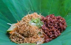 Ταϊλανδική νότια σαλάτα ρυζιού με τα λαχανικά χορταριών στο φύλλο Lotus με την εκλεκτική εστίαση Στοκ φωτογραφίες με δικαίωμα ελεύθερης χρήσης