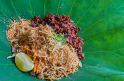Ταϊλανδική νότια σαλάτα ρυζιού με τα λαχανικά χορταριών στο φύλλο Lotus με την εκλεκτική εστίαση Στοκ φωτογραφία με δικαίωμα ελεύθερης χρήσης