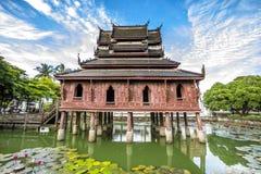 Ταϊλανδική ξύλινη αρχιτεκτονική ναών στη λίμνη λωτού Στοκ Φωτογραφίες