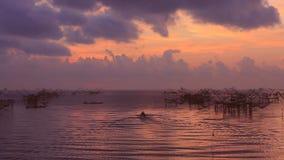Ταϊλανδική παγίδα αλιείας ύφους στο χωριό Pak Pra στην ανατολή φιλμ μικρού μήκους