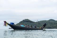 Ταϊλανδική παραδοσιακή longtail βαρκών μηχανή diesel γύρου μεγάλη στη ρύπανση καπνού δράσης στοκ εικόνες