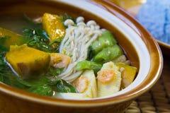 Ταϊλανδική πικάντικη μικτή φυτική σούπα, ταϊλανδικά τρόφιμα. Στοκ Εικόνες