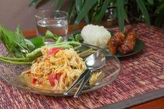 Ταϊλανδική πικάντικη papaya σαλάτα με το ψημένο στη σχάρα κοτόπουλο και το κολλώδες ρύζι Στοκ Φωτογραφία