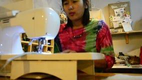Ταϊλανδική ράβοντας μηχανή γυναικών στη νύχτα φιλμ μικρού μήκους