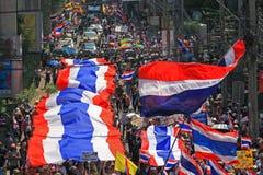 Ταϊλανδική συνάθροιση protestors με τη μεγάλη ταϊλανδική σημαία Στοκ εικόνες με δικαίωμα ελεύθερης χρήσης