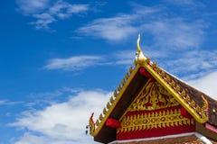 Ταϊλανδική τέχνη στη στέγη στον ταϊλανδικό ναό στοκ εικόνα