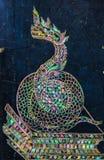Ταϊλανδική τέχνη φιδιών που γίνεται από το μαργαριτάρι στον τοίχο γρανίτη Στοκ Φωτογραφίες