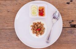 Ταϊλανδική τηγανισμένη γρήγορο φαγητό άδεια βασιλικού με το κοτόπουλο στο ρύζι Στοκ Εικόνες