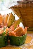 Ταϊλανδική τσιγαρισμένη τεμαχισμένη μπανάνα στο σκάφος άδειας και το καλάθι μπαμπού Στοκ φωτογραφίες με δικαίωμα ελεύθερης χρήσης