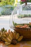 Ταϊλανδική τσιγαρισμένη τεμαχισμένη μπανάνα στο σκάφος άδειας και το καλάθι μπαμπού Στοκ Φωτογραφία