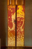 Ταϊλανδική χρυσή ζωγραφική στην ξύλινη πόρτα Στοκ εικόνα με δικαίωμα ελεύθερης χρήσης