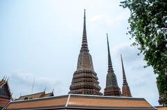 Ταϊλανδική χρυσή παγόδα με το μπλε ουρανό Στοκ Φωτογραφίες