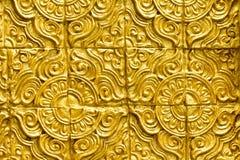 Ταϊλανδική χρυσή σύσταση σχεδίου τοίχων όμορφη Στοκ Εικόνες