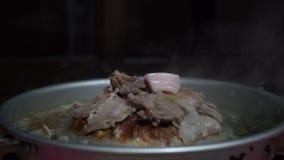 Ταϊλανδική ψημένη στη σχάρα σχάρα χοιρινού κρέατος στο τηγάνι ταψακιών απόθεμα βίντεο