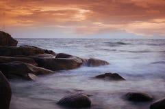 Ταϊλανδική ωκεάνια σκηνή μετά από το ηλιοβασίλεμα Στοκ Φωτογραφίες