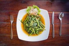 Ταϊλανδική δόξα πρωινού πιάτων που εξυπηρετείται σε ένα άσπρο πιάτο Στοκ Εικόνες
