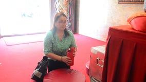 Ταϊλανδικοί λαοί ηλικιωμένων γυναικών που τινάζουν τα ραβδιά τύχης ή το ραφή-Si απόθεμα βίντεο