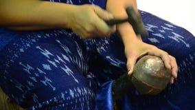 Ταϊλανδικοί λαοί που απασχολούνται στις γίνοντες συσκευές μετάλλων χαλκού απόθεμα βίντεο