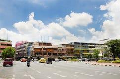 Ταϊλανδικοί λαοί που οδηγούν και που οδηγούν στο δρόμο Bamrung Mueang στη Μπανγκόκ Στοκ φωτογραφία με δικαίωμα ελεύθερης χρήσης