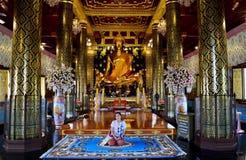 Ταϊλανδικοί λαοί που προσεύχονται το phuttha Phra ονόματος αγαλμάτων του Βούδα chinnarat Στοκ Εικόνες