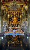 Ταϊλανδικοί λαοί που προσεύχονται το phuttha Phra ονόματος αγαλμάτων του Βούδα chinnarat Στοκ φωτογραφία με δικαίωμα ελεύθερης χρήσης