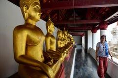 Ταϊλανδικοί λαοί που προσεύχονται το phuttha Phra ονόματος αγαλμάτων του Βούδα chinnarat Στοκ εικόνες με δικαίωμα ελεύθερης χρήσης