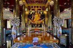 Ταϊλανδικοί λαοί που προσεύχονται το phuttha Phra ονόματος αγαλμάτων του Βούδα chinnarat Στοκ φωτογραφίες με δικαίωμα ελεύθερης χρήσης