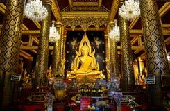 Ταϊλανδικοί λαοί που προσεύχονται το phuttha Phra ονόματος αγαλμάτων του Βούδα chinnarat Στοκ Φωτογραφία