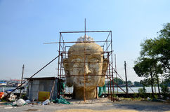 Ταϊλανδικοί λαοί που χτίζουν το μεγάλο Βούδα Στοκ φωτογραφίες με δικαίωμα ελεύθερης χρήσης