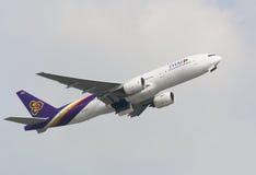 Ταϊλανδικοί εναέριοι διάδρομοι Boeing 777 αναχώρηση από το διεθνή αερολιμένα Χονγκ Κονγκ στις 10 Αυγούστου 2013 στο Χονγκ Κονγκ στοκ εικόνα με δικαίωμα ελεύθερης χρήσης