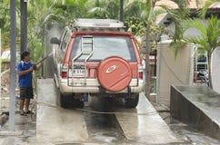 Ταϊλανδικοί εργαζόμενοι ανθρώπων που καθαρίζουν και που πλένουν το αυτοκίνητο στο τοπικό carwash ST Στοκ Εικόνες