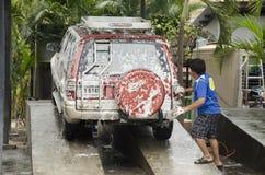 Ταϊλανδικοί εργαζόμενοι ανθρώπων που καθαρίζουν και που πλένουν το αυτοκίνητο στο τοπικό carwash ST Στοκ φωτογραφίες με δικαίωμα ελεύθερης χρήσης