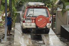 Ταϊλανδικοί εργαζόμενοι ανθρώπων που καθαρίζουν και που πλένουν το αυτοκίνητο στο τοπικό carwash ST Στοκ φωτογραφία με δικαίωμα ελεύθερης χρήσης