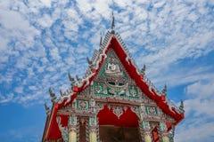 Ταϊλανδικοί ναός και μπλε ουρανός με τα άσπρα σύννεφα Στοκ Εικόνα