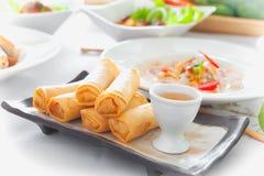 Ταϊλανδικοί ρόλοι άνοιξη με τη σάλτσα στο πιάτο Στοκ Φωτογραφίες