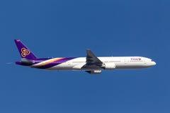 Ταϊλανδικός διεθνής αερολιμένας αναχώρησης HS-TKA Μελβούρνη του Boeing 777-3D7 εναέριων διαδρόμων διεθνής Στοκ Φωτογραφία