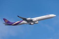 Ταϊλανδικός διεθνής αερολιμένας αναχώρησης HS-tna Μελβούρνη airbus A340-642 εναέριων διαδρόμων διεθνής Στοκ εικόνες με δικαίωμα ελεύθερης χρήσης