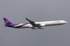 Ταϊλανδικός διεθνής αερολιμένας αναχώρησης HS-TNB Μελβούρνη airbus A340-642 εναέριων διαδρόμων διεθνής Στοκ φωτογραφία με δικαίωμα ελεύθερης χρήσης