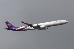 Ταϊλανδικός διεθνής αερολιμένας αναχώρησης HS-TNB Μελβούρνη airbus A340-642 εναέριων διαδρόμων διεθνής Στοκ Φωτογραφίες
