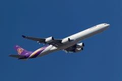 Ταϊλανδικός διεθνής αερολιμένας αναχώρησης HS-TNF Μελβούρνη airbus A340-642 εναέριων διαδρόμων διεθνής Στοκ Εικόνες