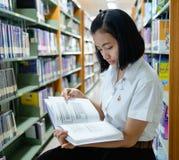 Ταϊλανδικός νέος σπουδαστής γυναικών που διαβάζει ένα βιβλίο Στοκ φωτογραφίες με δικαίωμα ελεύθερης χρήσης