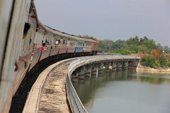 Ταϊλανδικός σιδηρόδρομος στη γέφυρα Στοκ Φωτογραφίες