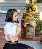Ταϊλανδικός σπουδαστής κοριτσιών στην ευγενική δράση στο ναό Στοκ Φωτογραφίες