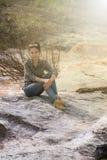 Ταϊλανδικό ασιατικό πορτρέτο ομορφιάς στον καταρράκτη Στοκ Φωτογραφίες