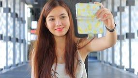 Ταϊλανδικό ενήλικο όμορφο κορίτσι που χρησιμοποιεί το έξυπνο τηλέφωνό της Selfie Στοκ φωτογραφία με δικαίωμα ελεύθερης χρήσης