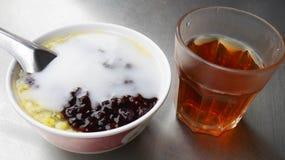 Ταϊλανδικό επιδόρπιο με ένα φλυτζάνι του cha Στοκ Εικόνες