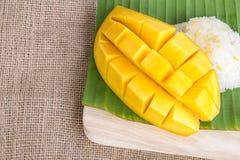 Ταϊλανδικό επιδόρπιο ύφους, glutinious ρύζι με το μάγκο στο φύλλο μπανανών Στοκ φωτογραφία με δικαίωμα ελεύθερης χρήσης