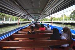 Ταϊλανδικό καθημερινό ταξίδι ανθρώπων με τη μεγάλη βάρκα επιβατών στο klong sansaeb Στοκ Φωτογραφία